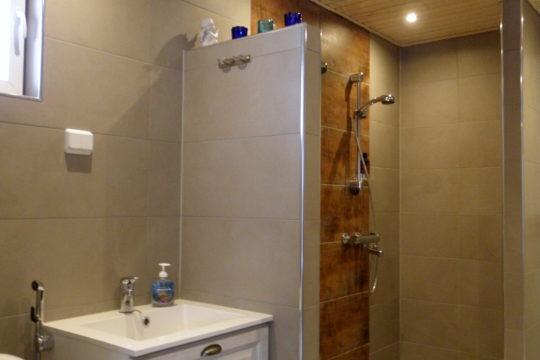 Kylpyhuone-laatoitus-sisustus