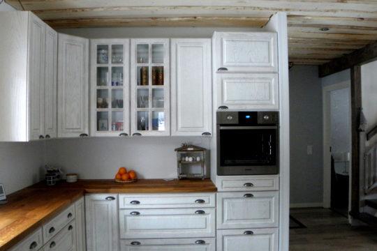 Maalaistyylinen-keittiö-keittiöasennus-rakennustyö